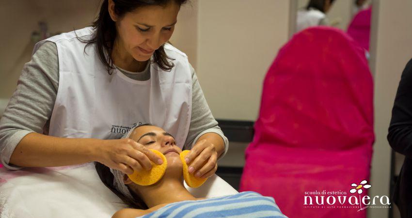 Una docente effettua trattamento su viso di un'alunna stesa su lettino