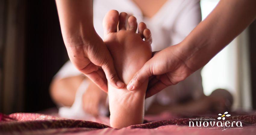 Mani massaggiano la pianta di un piede